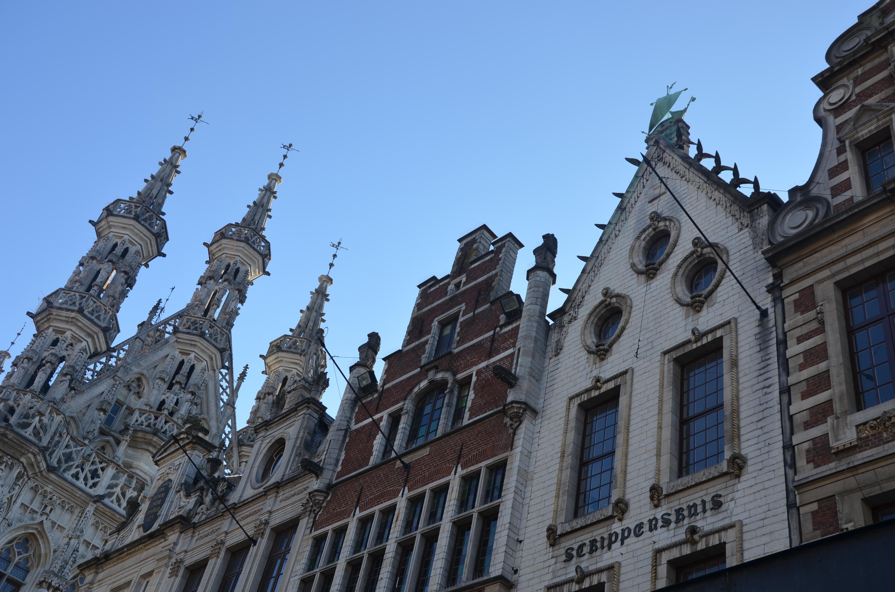 Leuveninsideout - Grote markt met oud stadhuis en oude gevels