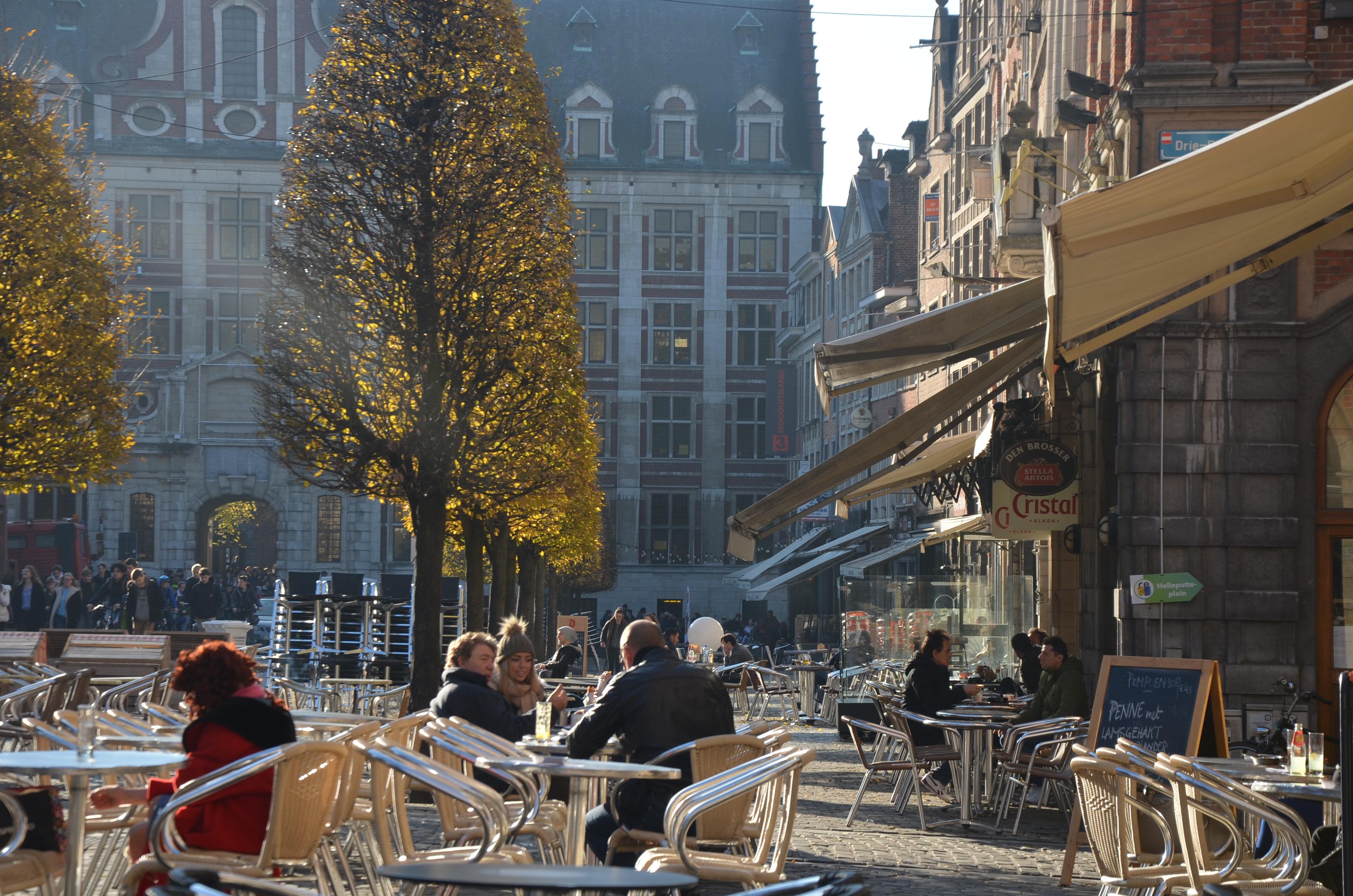 Leuveninsideout - Oude markt met zijn terrasjes in de winterzon